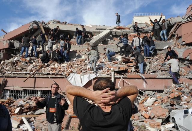 KAD MUŠKARAC VRIŠTI OD UŽASA DOK SVE PADA: Ovo je trenutak kad je zemljotres zaljuljao Čile (VIDEO)