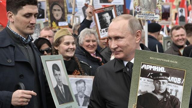 """Putin je u ratu izgubio brata, baku i ujake, a juče je u """"Besmrtnom puku"""" sa 750.000 ljudi šetao i nosio sliku ovog čoveka (FOTO) (VIDEO)"""
