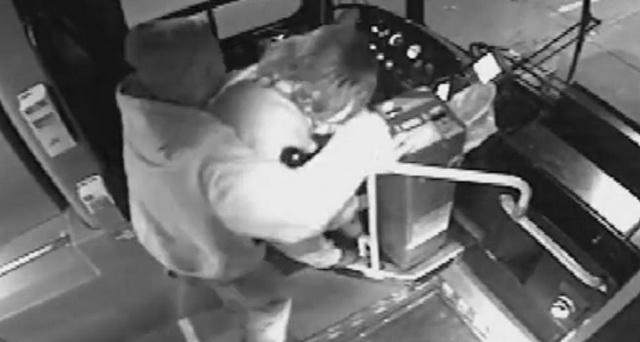 DEDA, SVAKA ČAST ZA HRABROST! Nasilnik napao ženu, a onda ga je deda sa štapom izmlatio kao vola! (VIDEO)