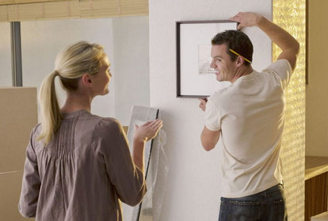 KORISNI SAVETI: Kako da okačite sliku/ogledalo BEZ bušenja zida? (VIDEO)