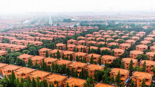 U ovom misterioznom selu žive samo bogataši, ali njega NIKO ne sme da napusti: Svi žive u identičnim vilama, a kao prevoz koriste helikopter (VIDEO)