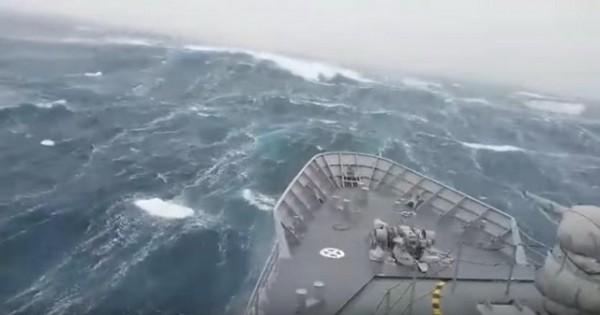 """ZASTRAŠUJUĆI SNIMAK: Pogledajte kako džinovski talas """"šiba"""" vojni brod na okeanu! (VIDEO)"""