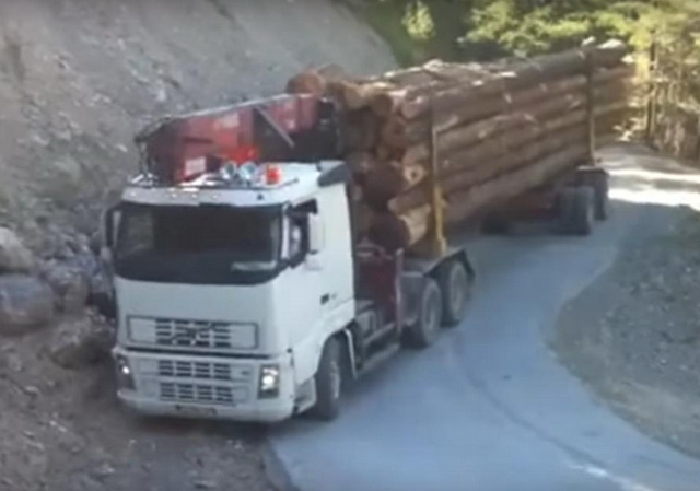 MAJSTORE, SVAKA ČAST! Kad vidite KUDA i KAKO on vozi ovaj KAMION, moraćete da mu aplaudirate (VIDEO)