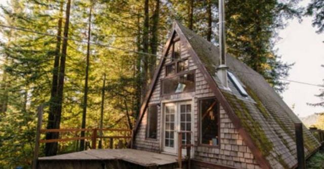 """ODUŠEVIĆE VAS SVOJIM IZGLEDOM: Mala kuća usred šume je pravi mali """"Raj na Zemlji"""" (VIDEO)"""