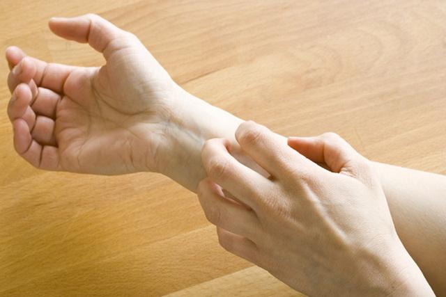 OVO SU STARA NARODNA VEROVANJA: Evo šta znači kada vas određeni deo tela ZASVRBI