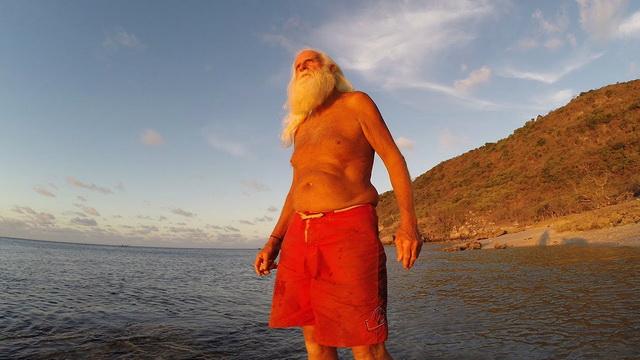 IMAO JE MILIONE ALI SE ODLUČIO ZA DRUGAČIJI ŽIVOT: Napustio je sve i otišao na PUSTO ostrvo! Evo kako sada živi! (VIDEO)