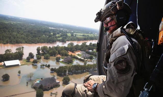 amerika- poplave- vojnik- spasilac